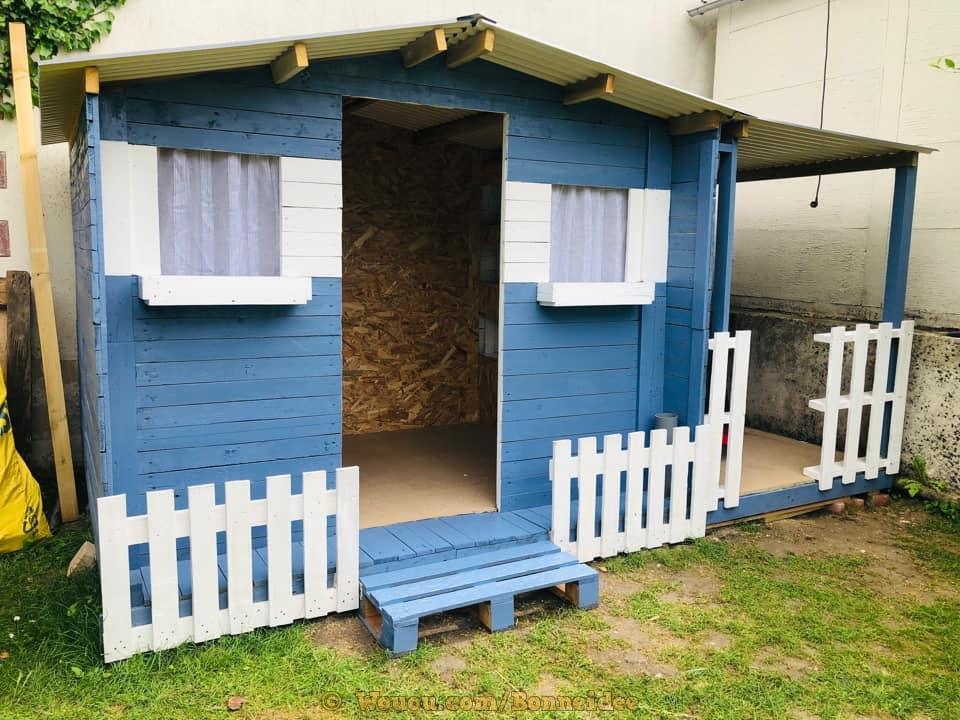 Une cabane en palette bleue et blanche